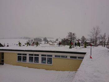 Schneeräumung Hallendach Turnhalle Immenried